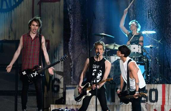 Fantastica performance dei 5 Seconds of Summer