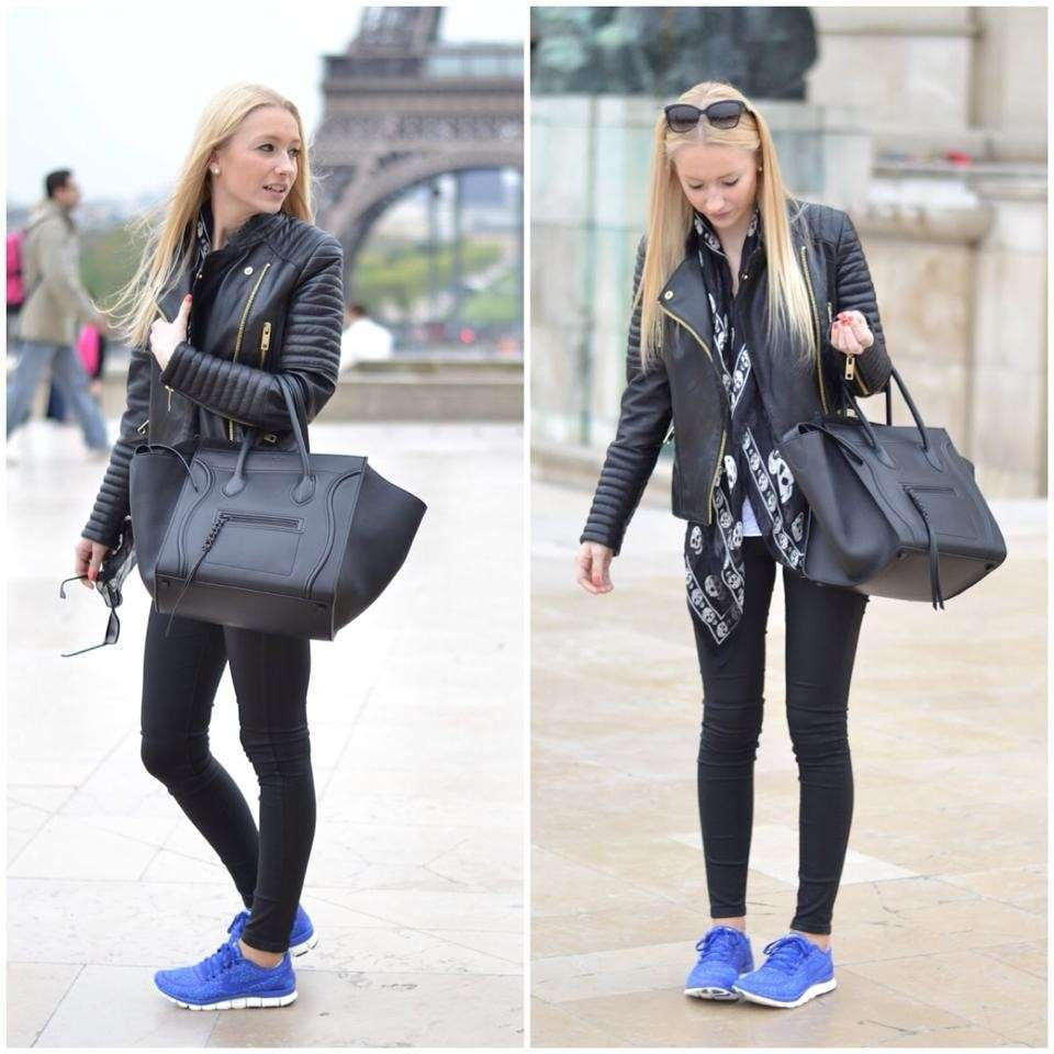 Leggings neri e sneakers