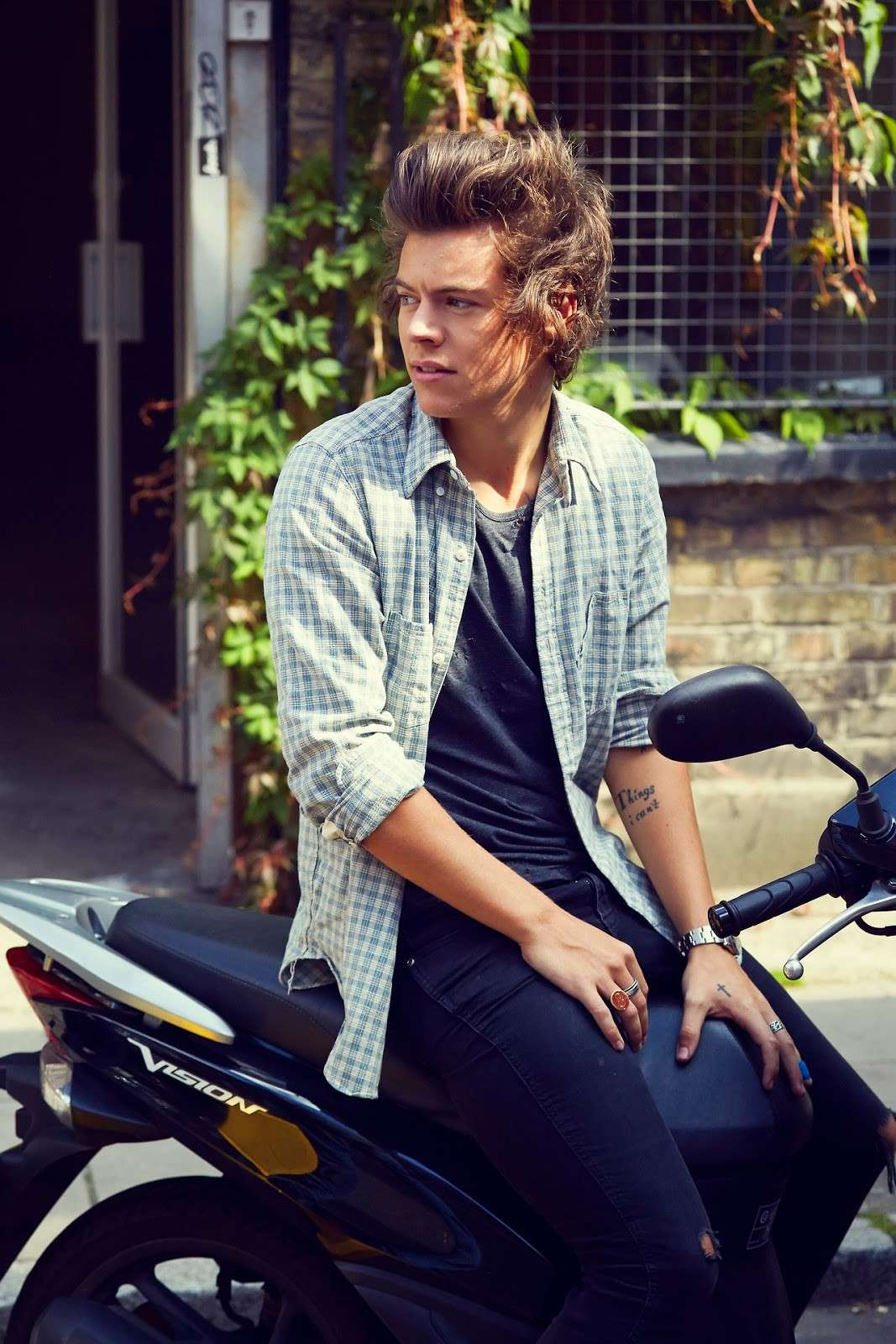 Harry Styles in scooter