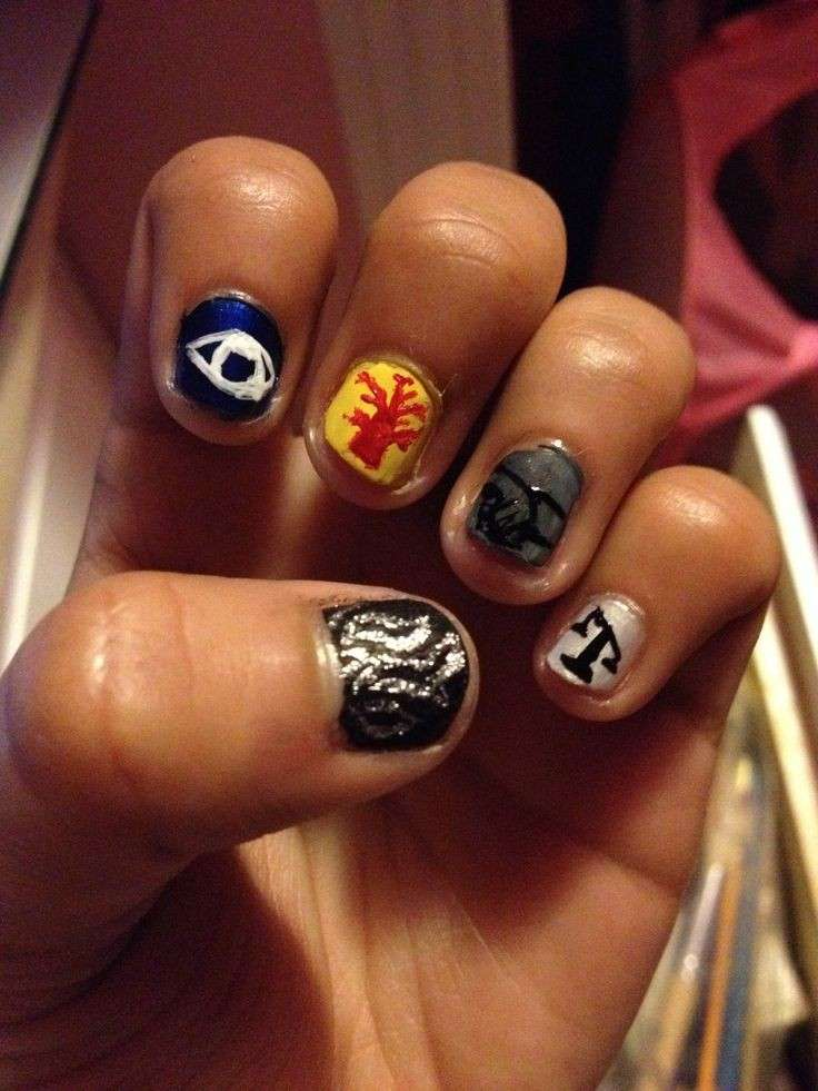 Divergent nail