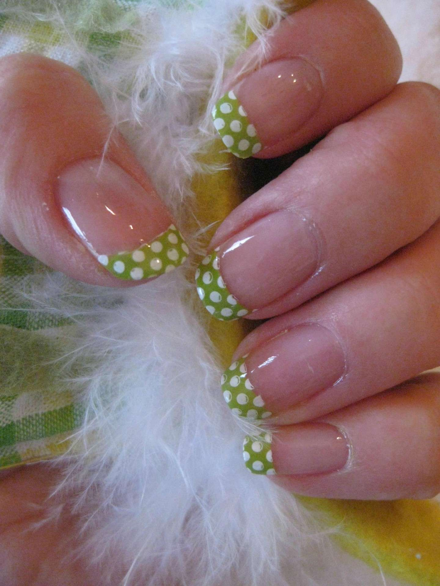 French manicure verde con pois bianchi
