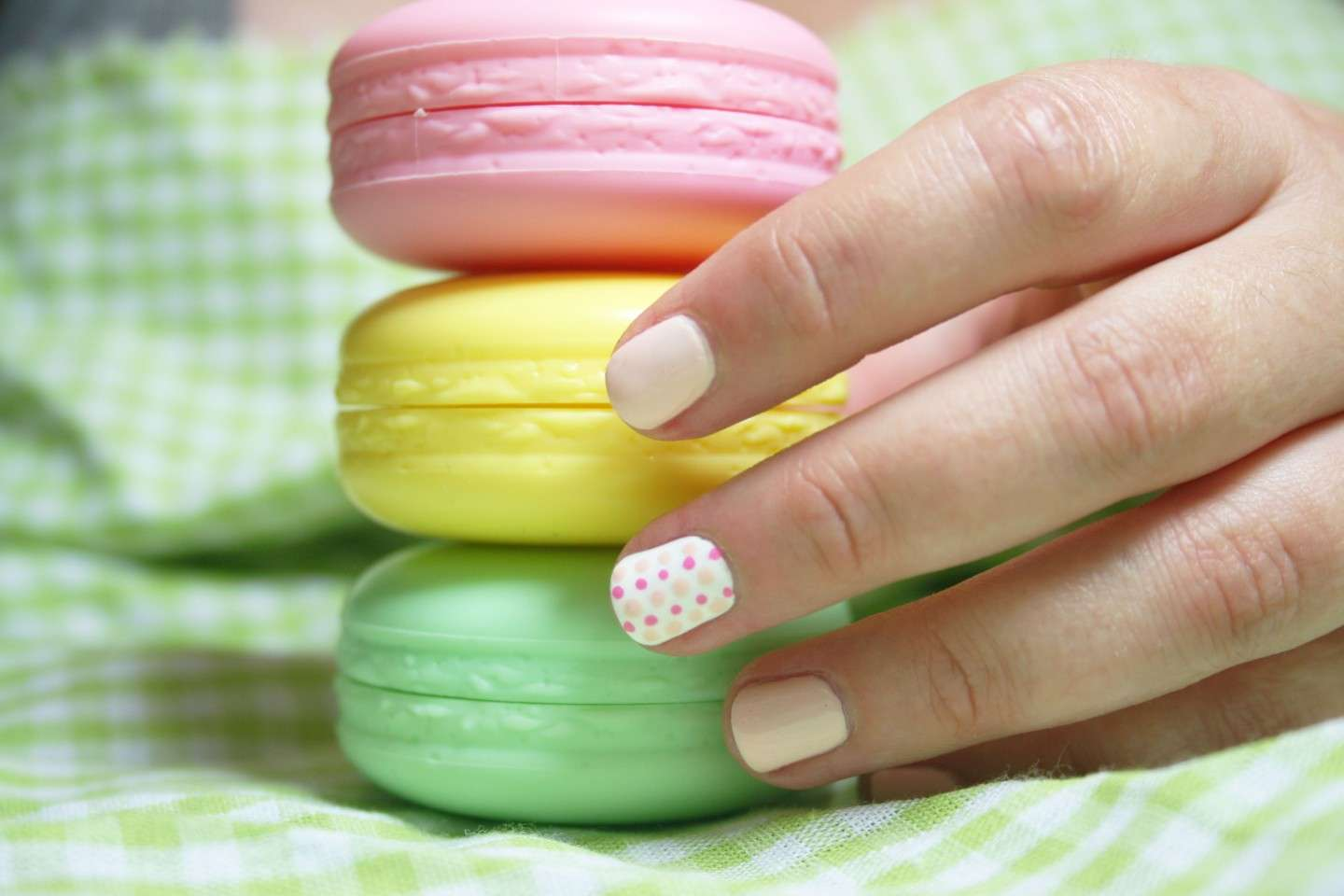 Nail art a pois colorati