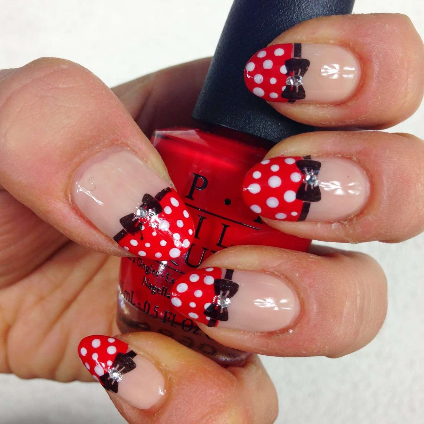 Nail art di Minnie con pois