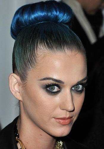 Katy Perry con rossetto marrone chiaro illuminante