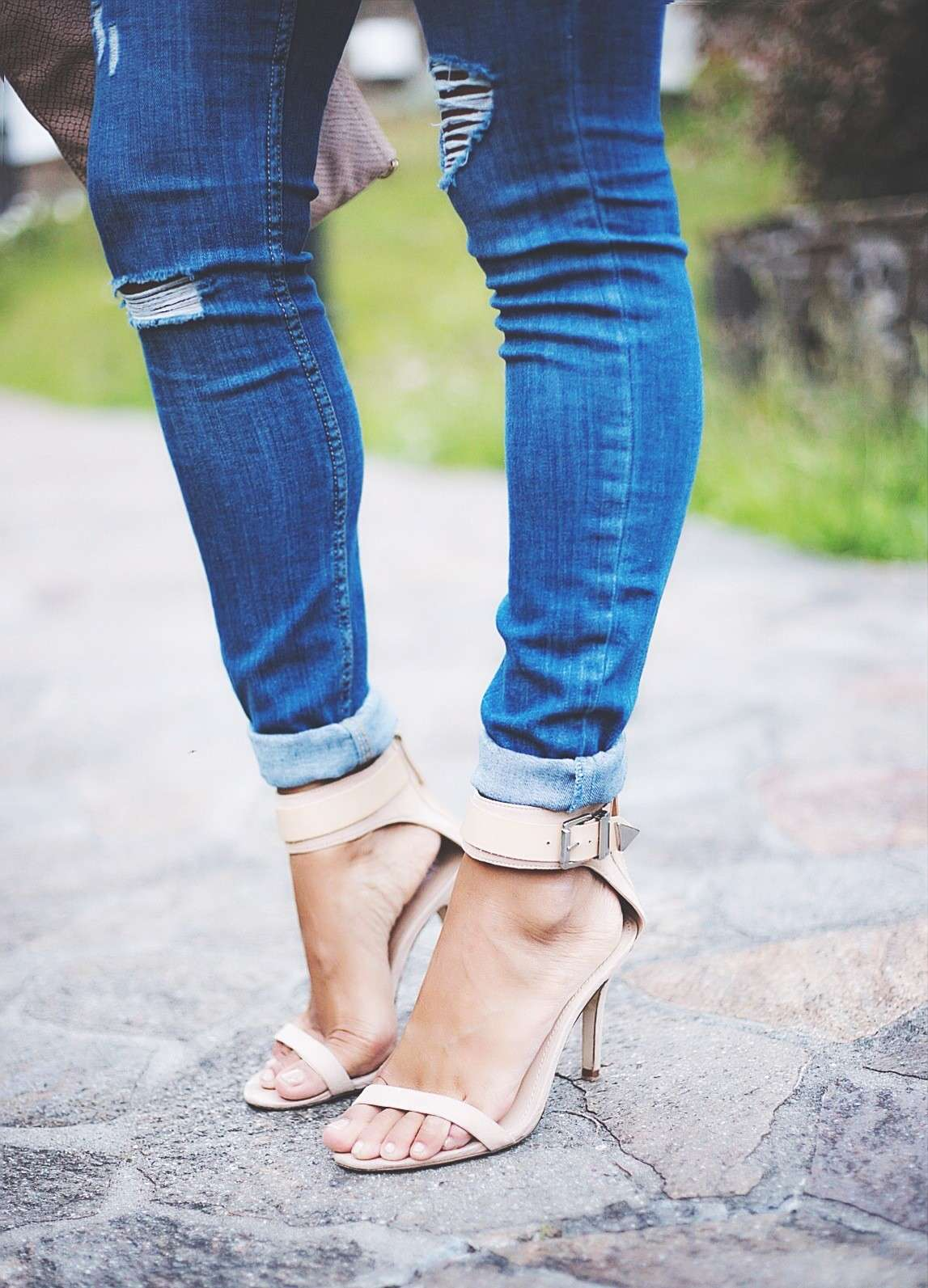 Ripped jeans con sandali