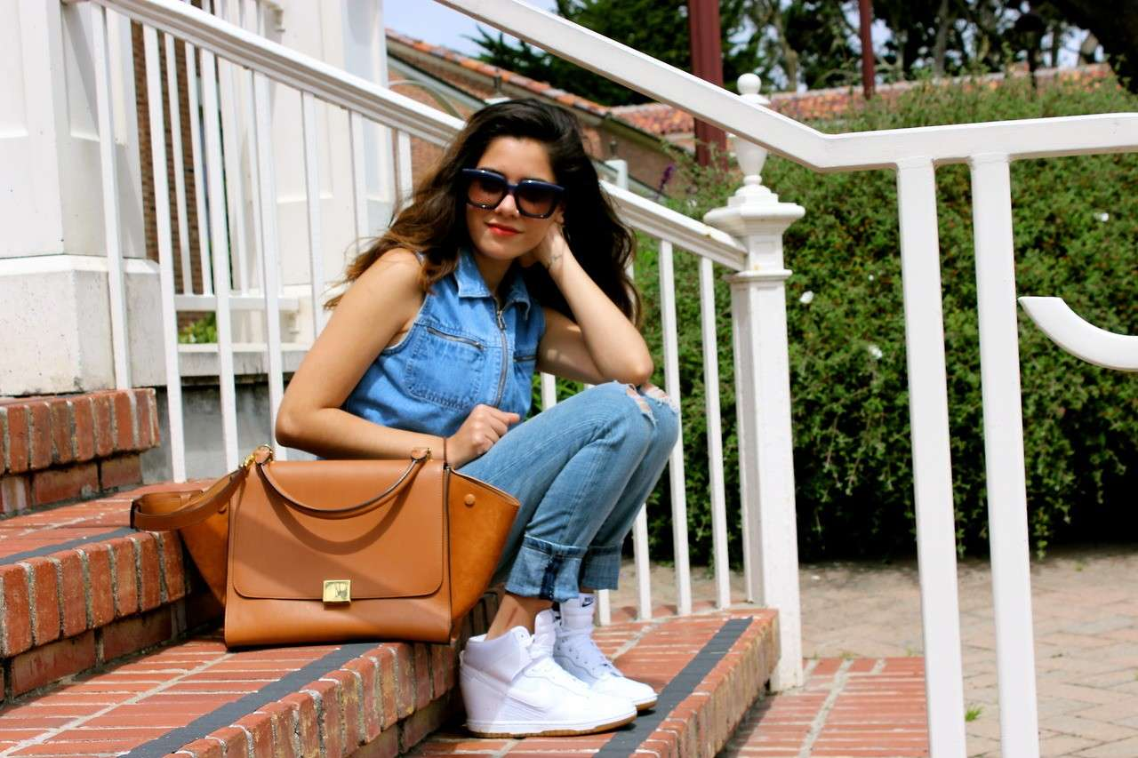Total look di jeans con sneakers