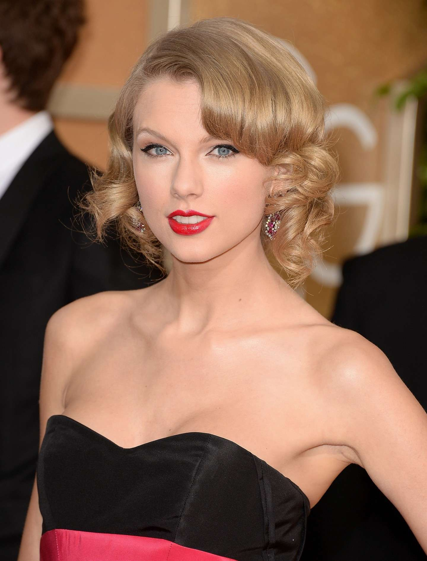 Elegante Taylor Swift con il falso caschetto
