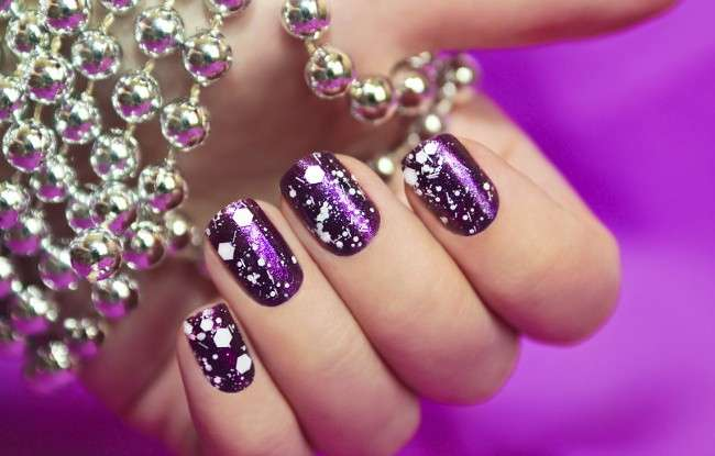 Nail art viola brillante