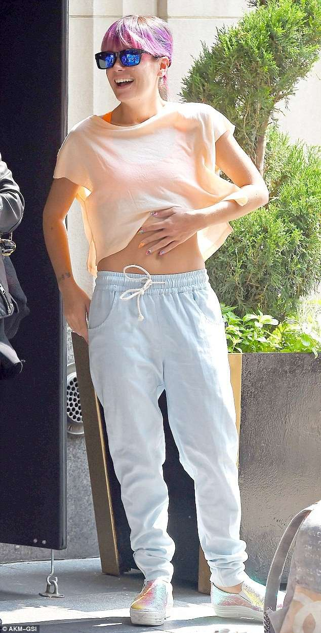 Pantaloni larghi e crop top