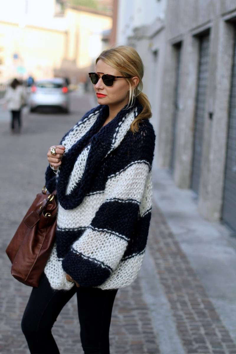 Outfit con maxi pull a righe