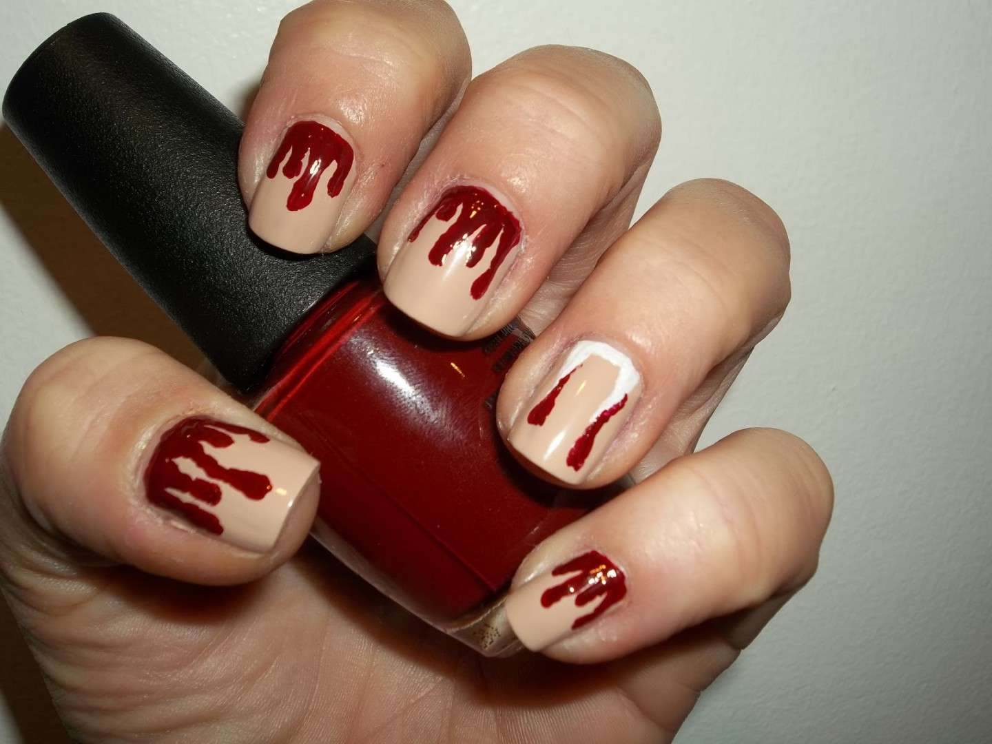 Nail art nude con sangue