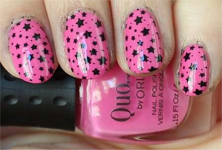 Nail art rosa con stelle nere