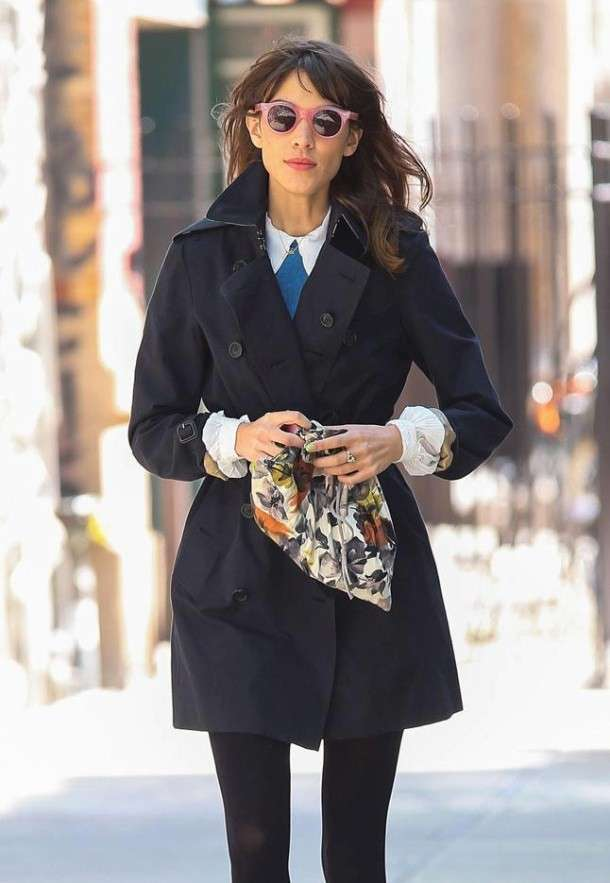 Trench blu per un look preppy