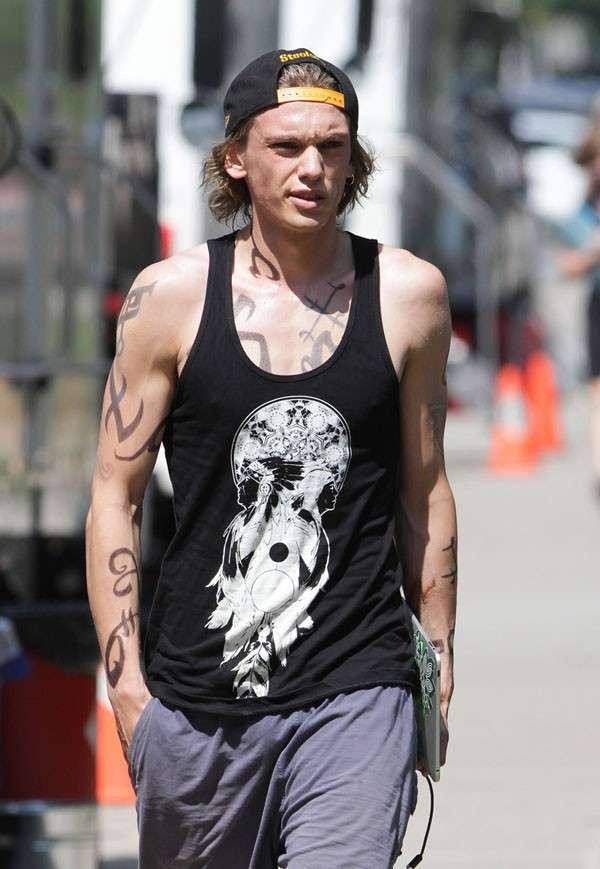 Jamie Campbell Bower sul set