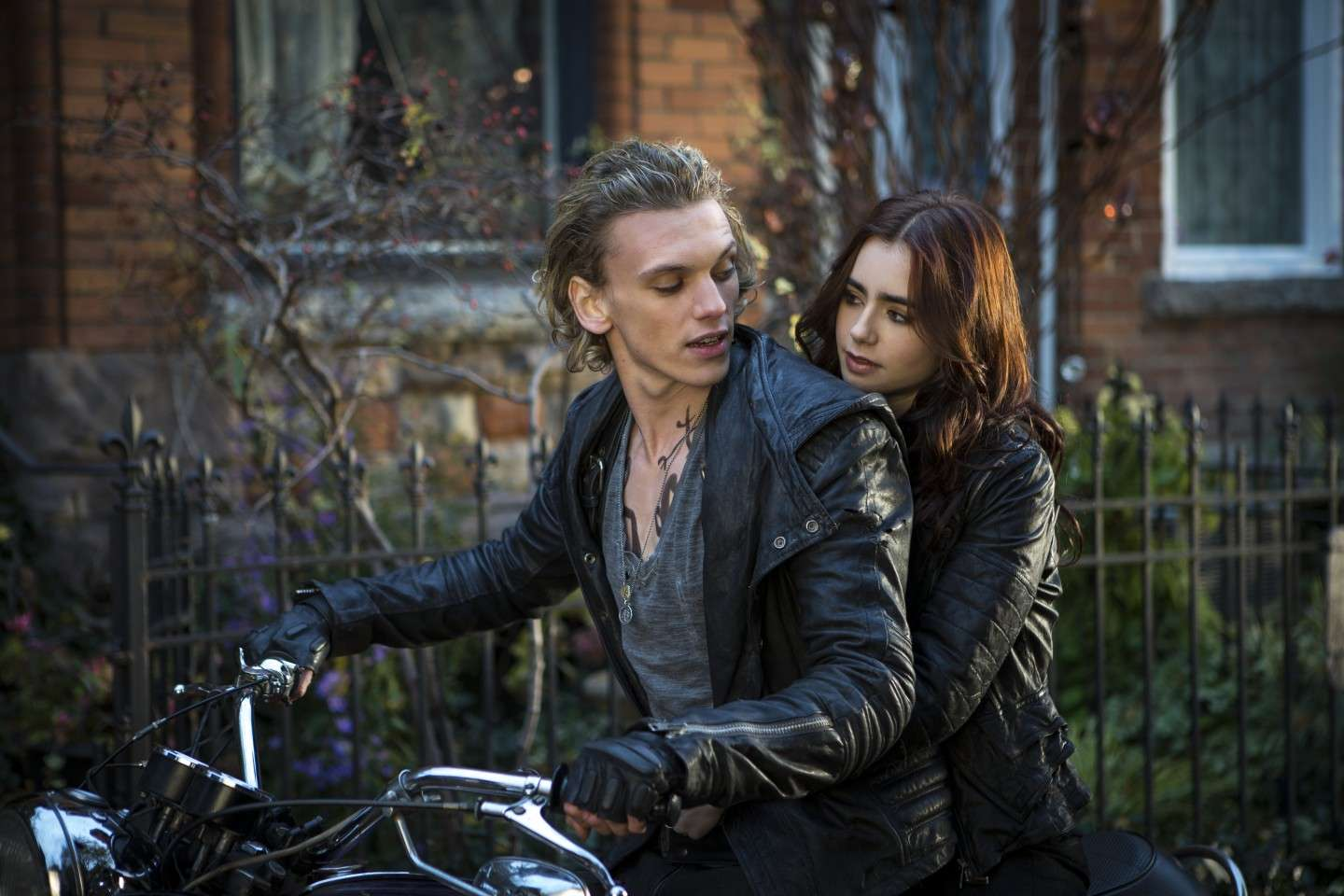 Cast di Shadowhunters: Clary e Jace in moto