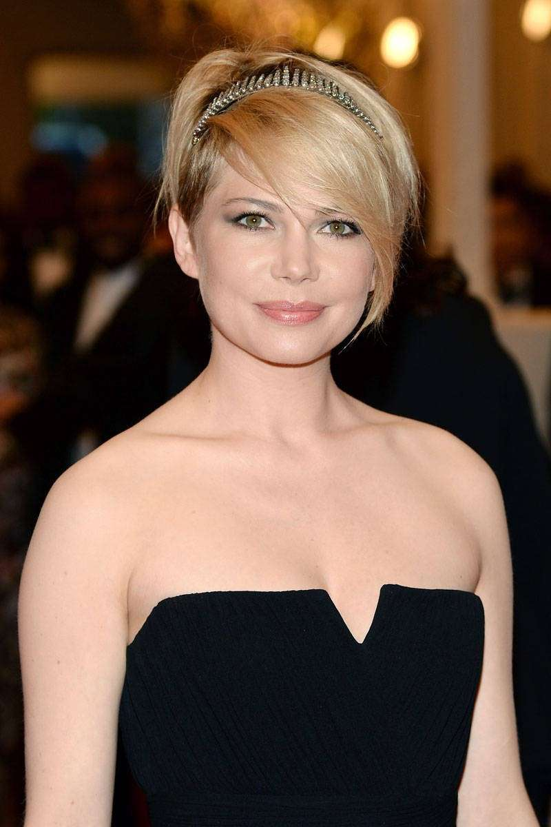Michelle Williams con il cerchietto per i capelli