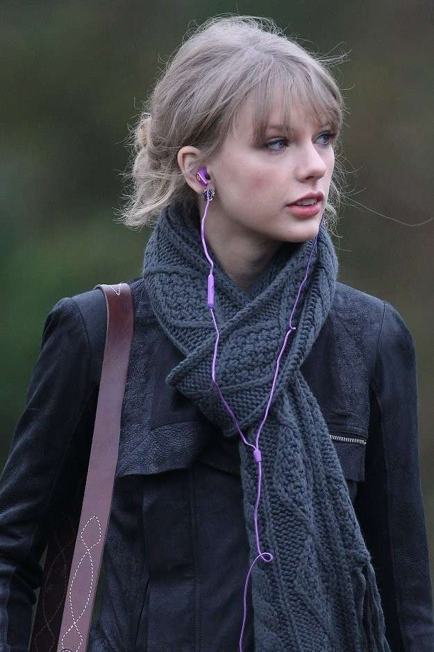 Taylor Swift in sciarpa e cappotto