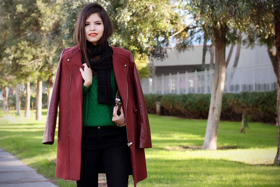 Look con cappotto bordeaux