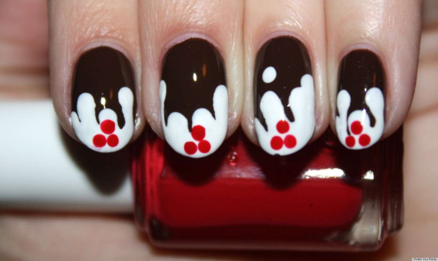 Nail art nera con vischio