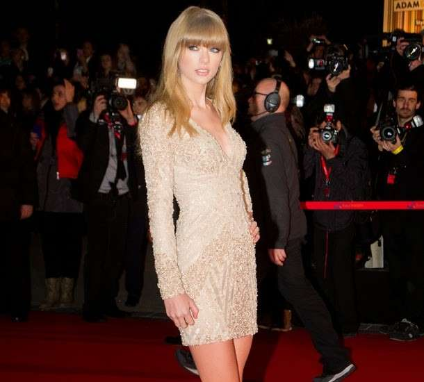 Taylor Swift con mini dress bianco