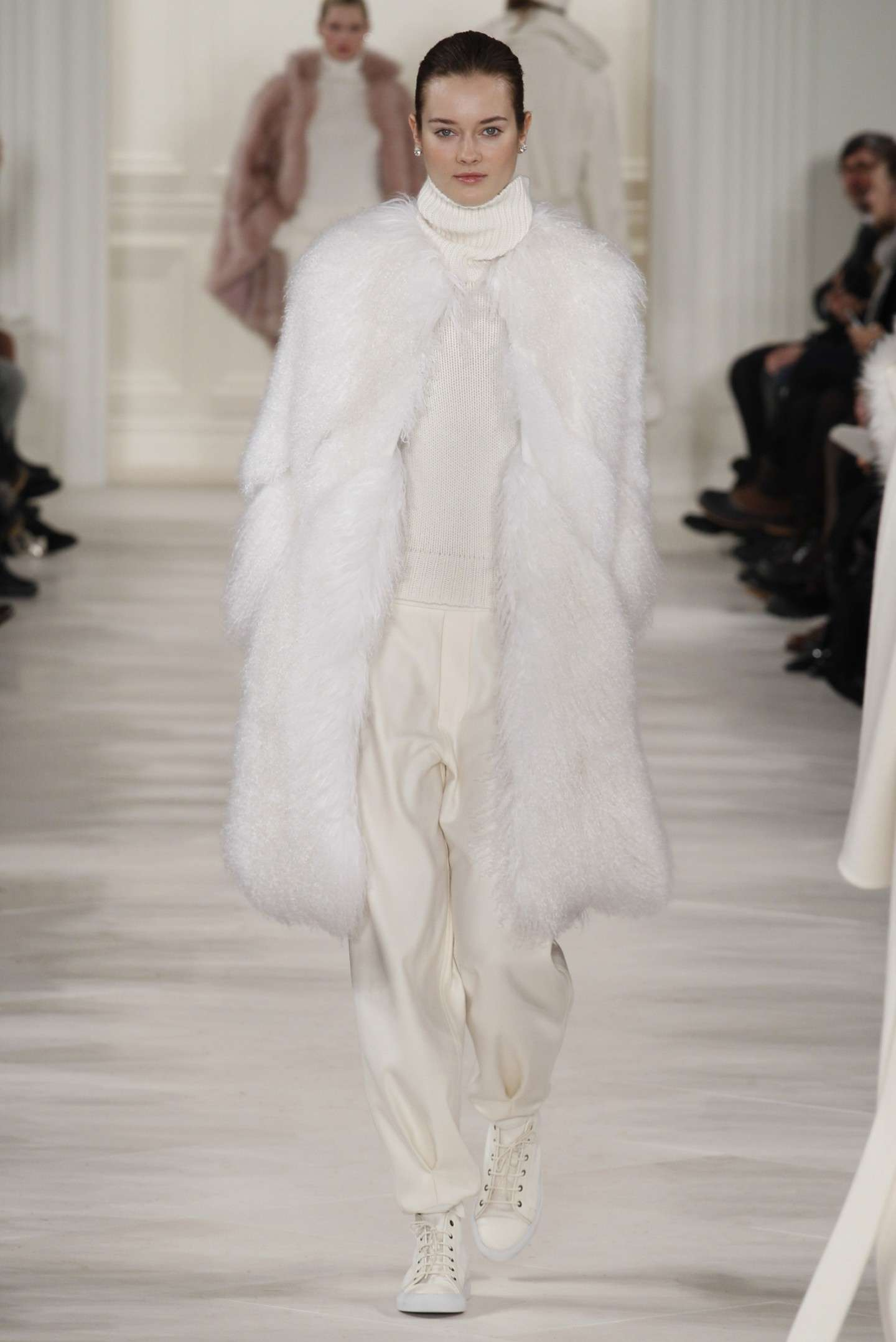 Look total white sulla neve