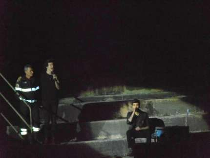 One Direction a Verona -  Zayn canta seduto
