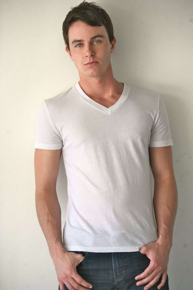 Ryan Kelley outfit con maglietta bianca