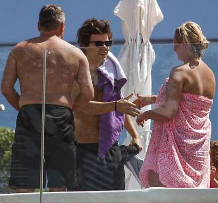 Harry Styles Spagna incontra fan in piscina!