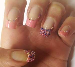 Manicure rosa con microperle colorate