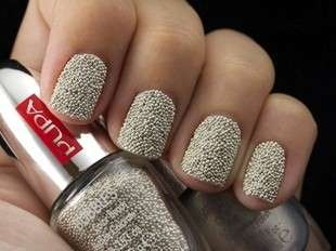 Nail art bianca con microperle