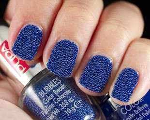 Nail art blu con microperle