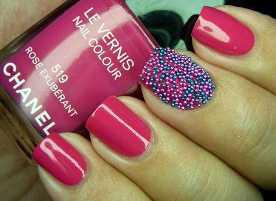 Nail art fucsia con microperle colorate