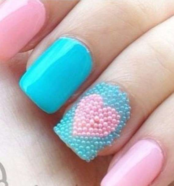 Nail art romantica con microperle