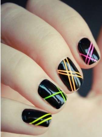 Nail art nera con righe colorate