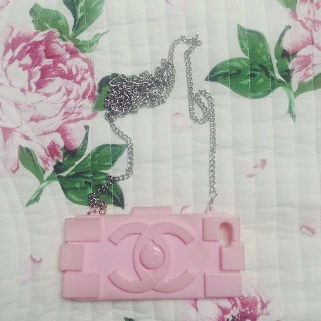 Cover con catenella rosa Chanel
