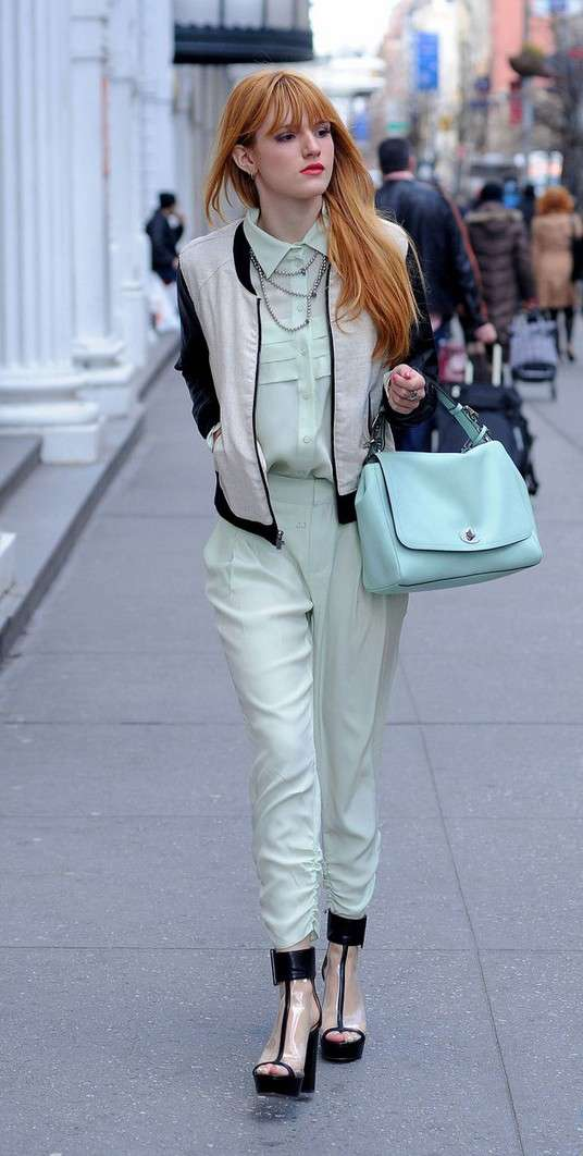 Bella Thorne in outfit chic