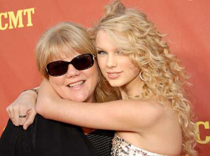 Taylor Swift abbraccia la mamma sul red carpet
