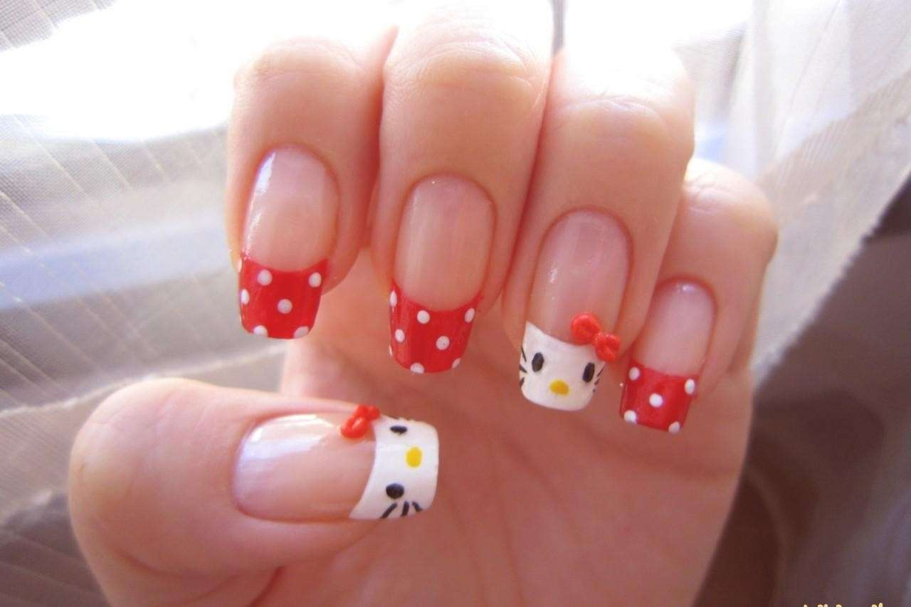 French manicure a pois di Hello Kitty