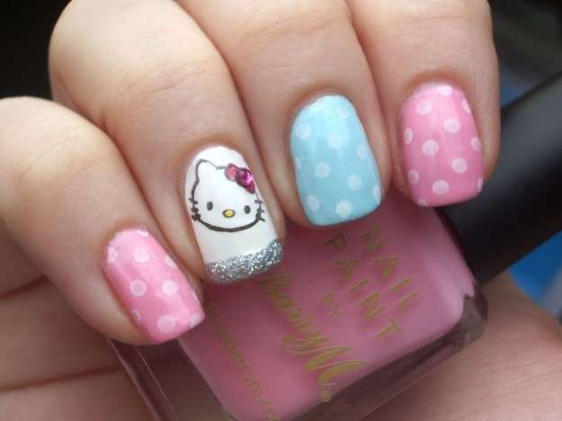 Nail art a pois con Hello Kitty