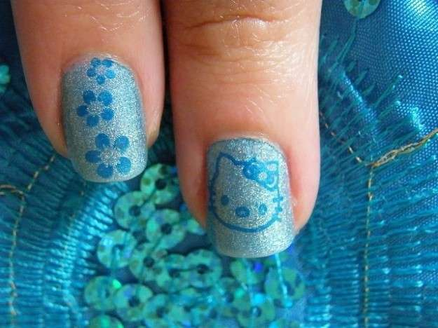 Nail art celeste di Hello Kitty