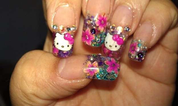 Nail art con fiori e strass di Hello Kitty