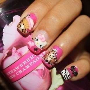 Nail art di Hello Kitty con cupcake