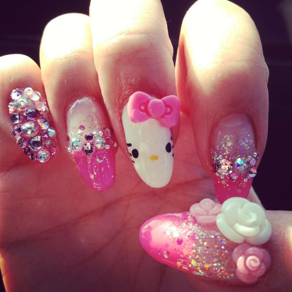 Nail art di Hello Kitty con strass