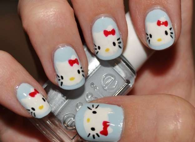 Nail art di Hello Kitty in azzurro