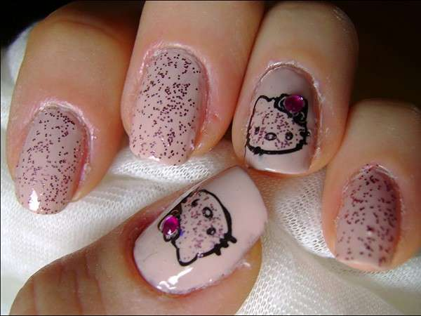 Nail art pink di Hello Kitty