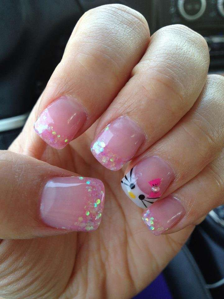 Nail art rosa di Hello Kitty con glitter