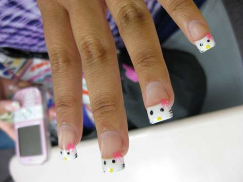 Semplice french manicure di Hello Kitty