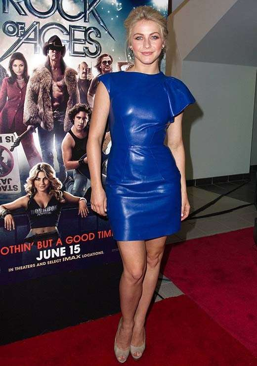 Julianne Hough con abito in pelle blu