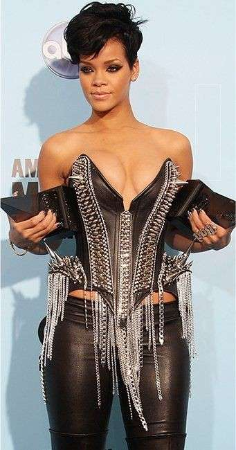 Look in pelle per Rihanna