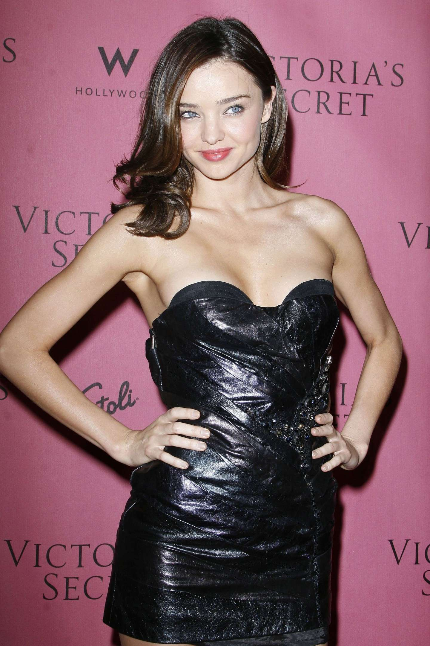Miranda Kerr in mini dress di pelle